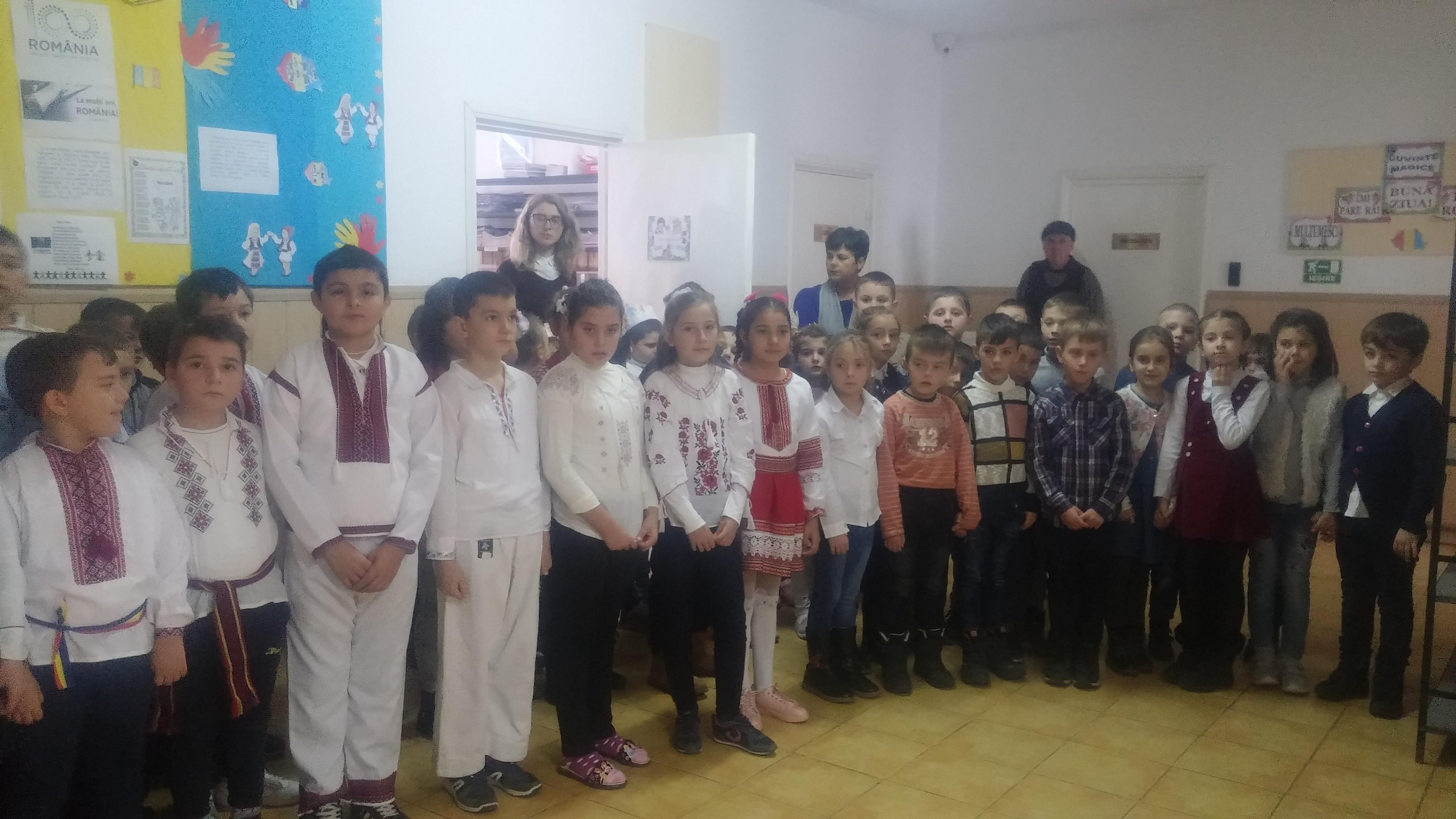 Scoala Gimnaziala Baltati-Intonarea imnului national-clasele primare